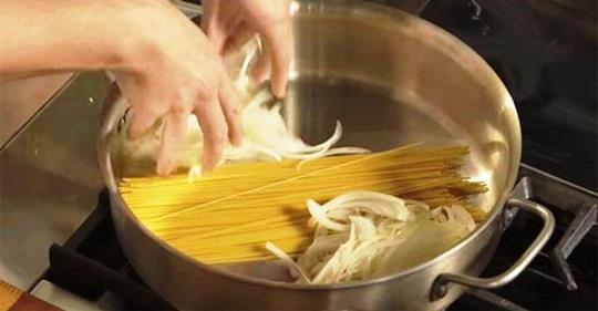 Стыдно, что раньше не знала! Ведь нужно всего лишь соединить сырую вермишель и лук.
