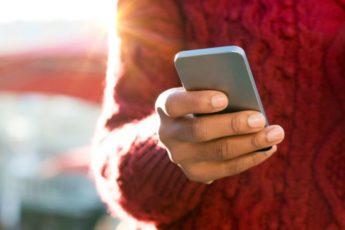 Почему нельзя держать телефоны в карманах брюк 1