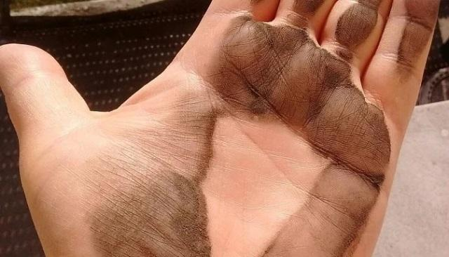 Черная пыль на подоконнике: чем она опасна и как защитить от неё квартиру 1
